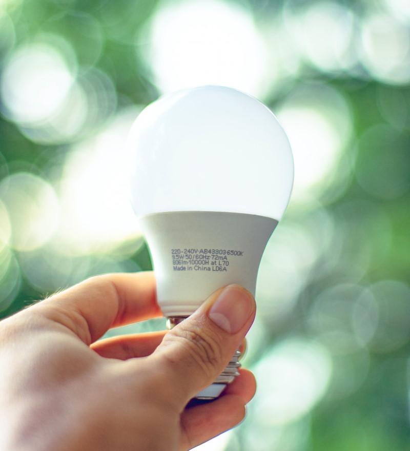 Λάμπα LED στο χέρι ψηλά σε εξωτερικό περιβάλλον