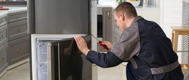 Τεχνικός Ψυγείου Επισκευάζει Πόρτα Ψυγείου