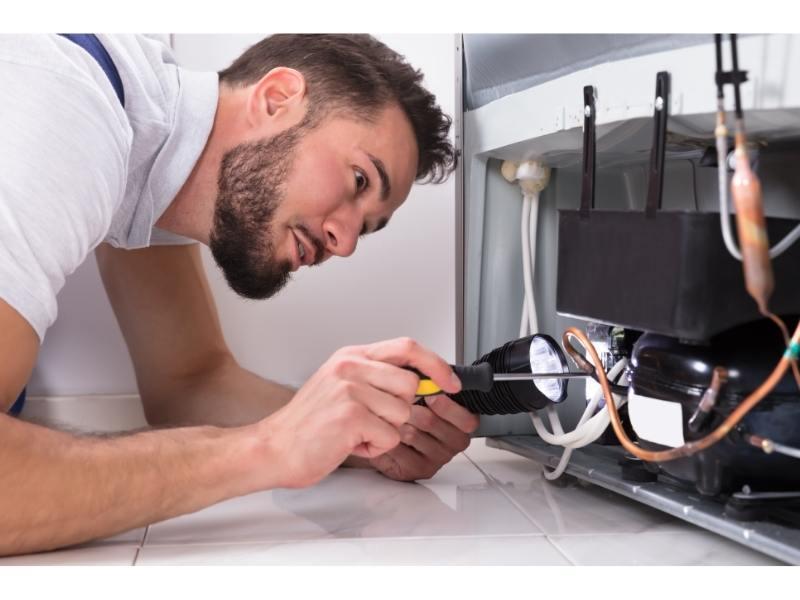 Τεχνικός Επισκευάζει Μοτέρ Ψυγείου