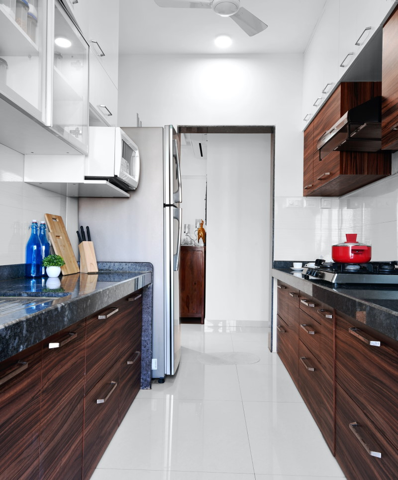 Κουζίνα με ντουλάπια από καφέ ξύλο