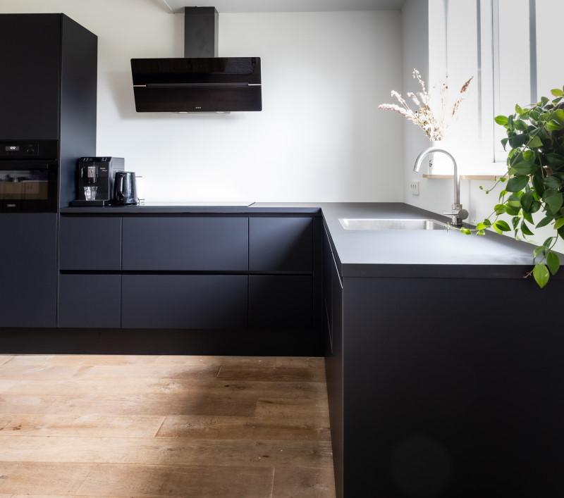 Κουζίνα με μαύρου χρώματος έπιπλα