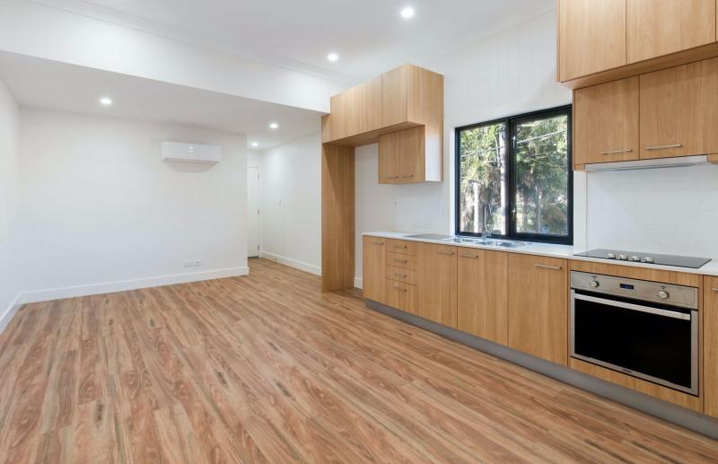Κουζίνα με ξύλινο καφέ πάτωμα και ντουλάπια