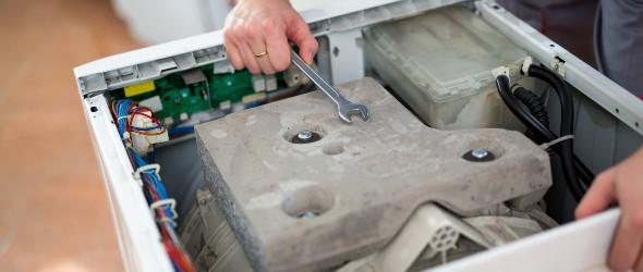 Ανοιγμένο καπάκι πλυντηρίου από τεχνικό για επισκευή