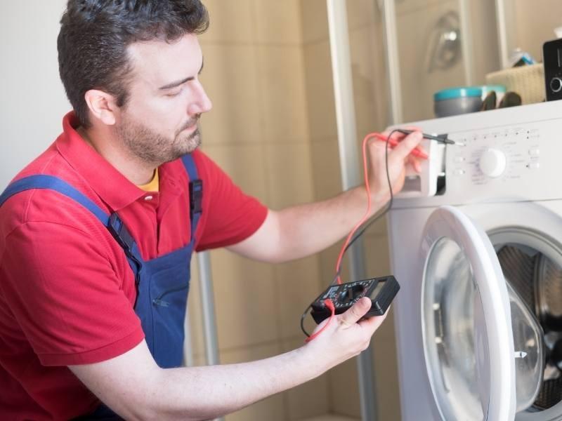 Τεχνικός Πλυντηρίου Κάνει Ηλεκτρονικές Μετρήσεις